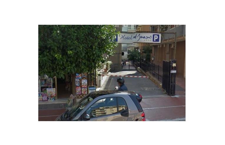 Privato vende box garage posto auto box centrale a pochi for Ampio garage per auto