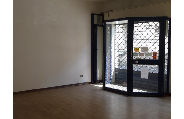 Privato affitta negozio negozio in pieno centro annunci for Negozio di garage con alloggi