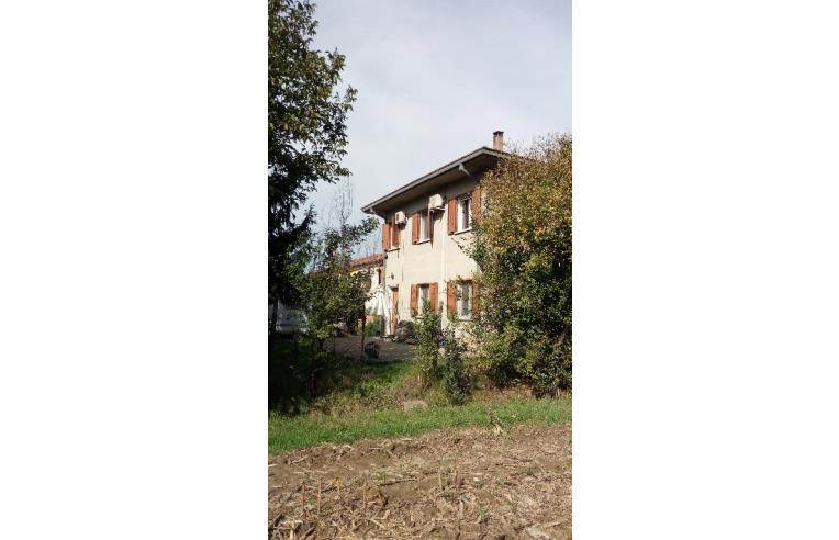 Privato vende casa indipendente casa singola arredata for Piani casa 3 camere da letto e garage doppio