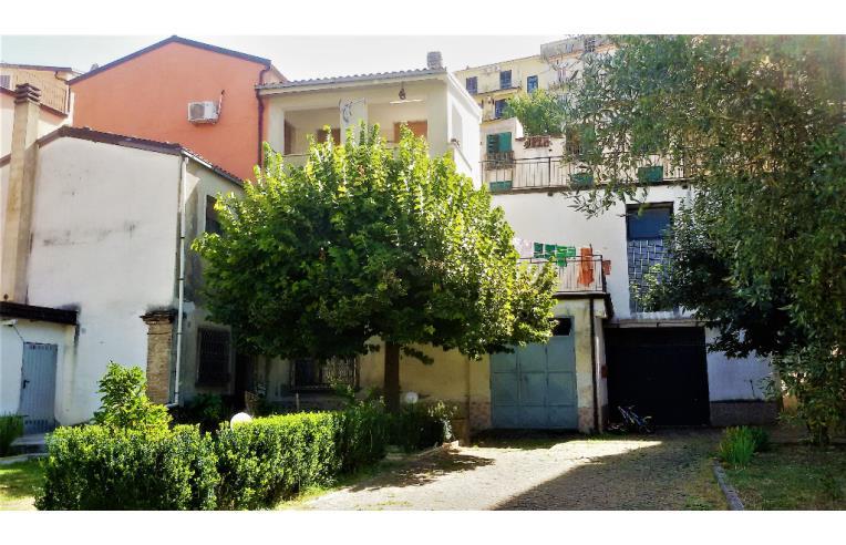 Privato vende casa indipendente casa con doppio garage e for Piani casa bungalow con cantina e garage