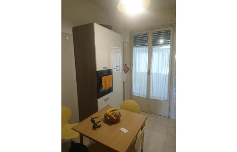 Privato affitta stanza singola stanza con letto for Stanza uso ufficio roma