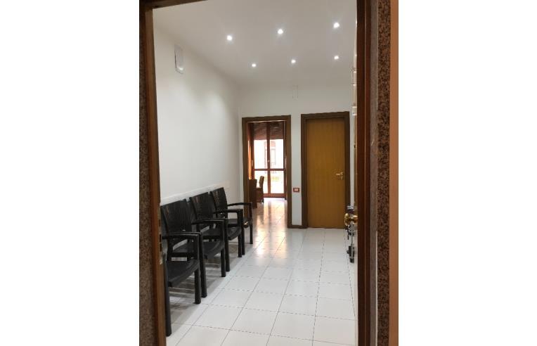 Privato affitta ufficio salerno centro stanza uso studio for Stanza uso ufficio