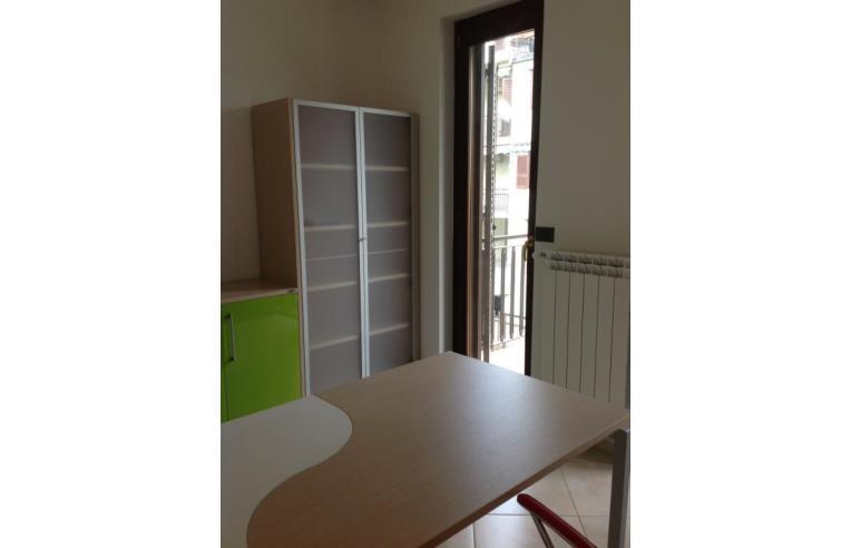 Privato affitta stanza singola stanza uso ufficio con for Stanza uso ufficio