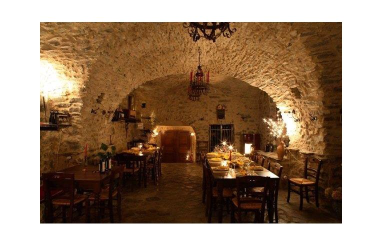 Privato vende rustico casale antica casa in pietra for Interno casa antica