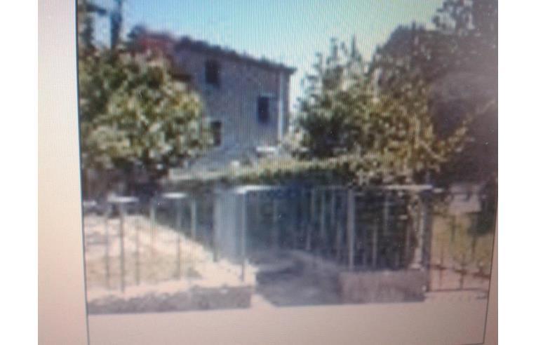 Privato vende casa indipendente abitazione indipendente for Due garage di storia in vendita