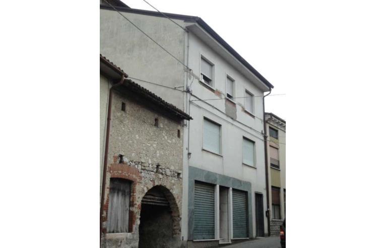 Privato vende casa indipendente casa caltrano 420 mq for Piani casa con breezeway tra casa e garage
