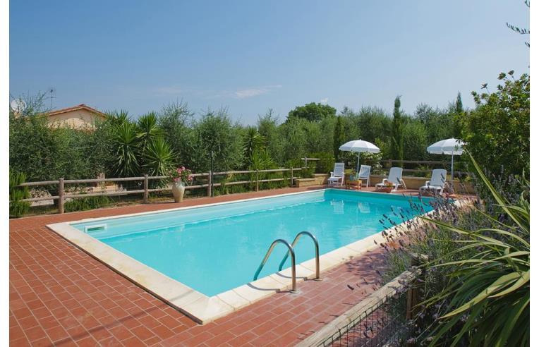 Privato affitta villa vacanze a 5 km dal mare villa con for Case livorno affitto