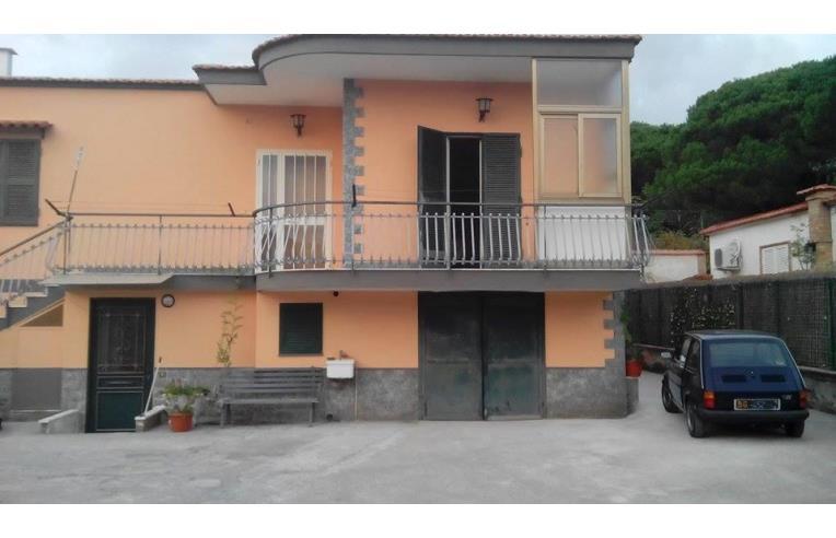 Privato vende casa indipendente villetta a due livelli for Case in vendita torre del greco